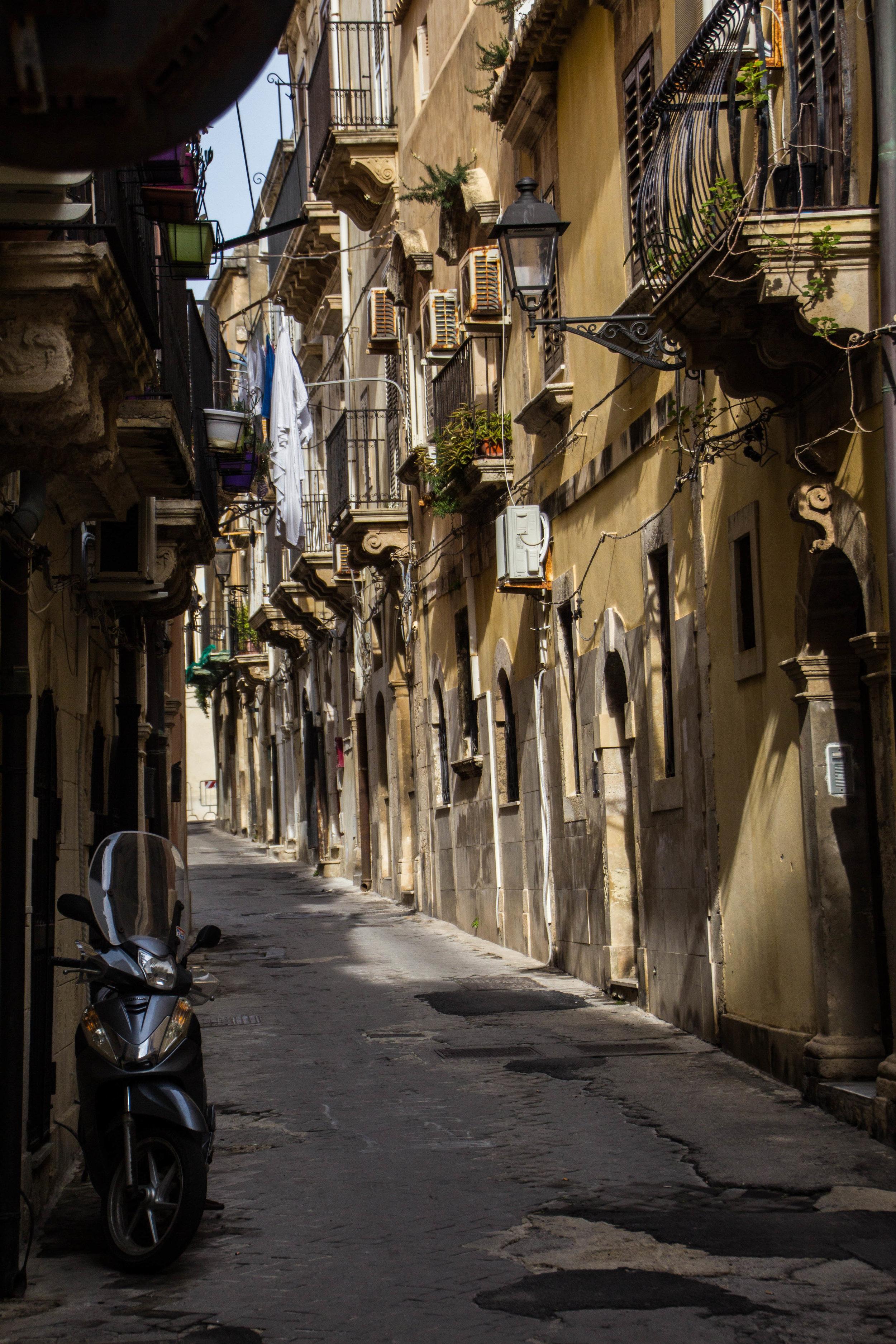 streets-ortygia-syracuse-sicily-29.jpg