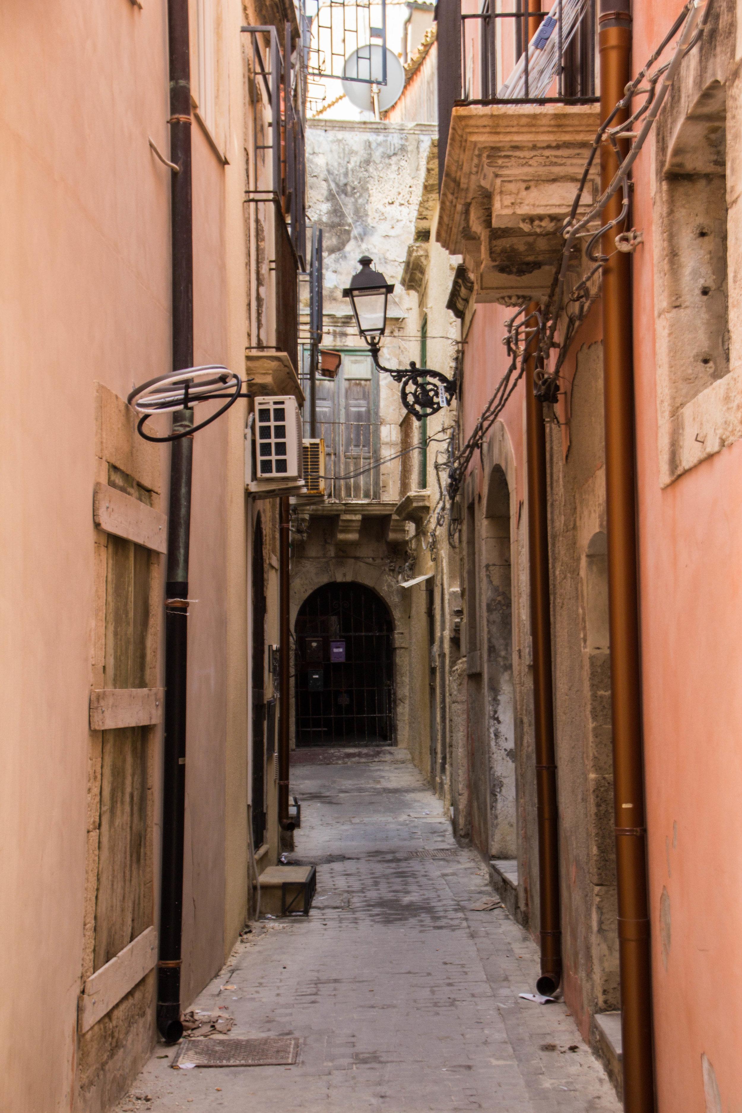 streets-ortygia-syracuse-sicily-31.jpg