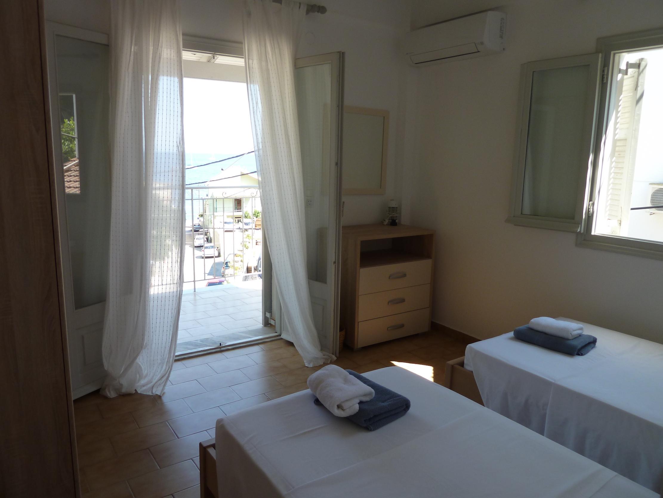 Front bedroom (2).JPG