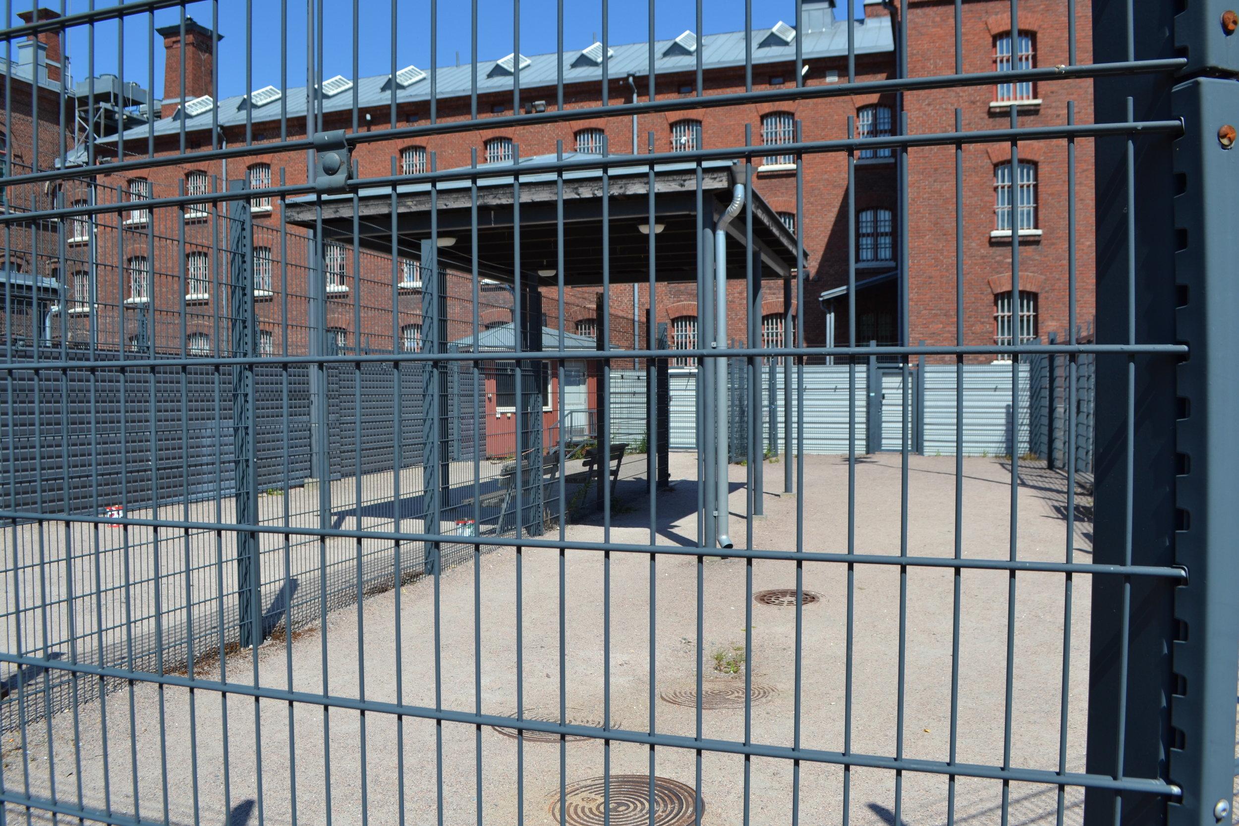 - Helsingin vankilassa on ollut jo vuosia useita erillisiä ulkoilualueita, kun ennen vanhaan niitä oli vain yksi tai kaksi. Alueiden pilkkominen vähensi huomattavasti vankien välisiä pahoinpitelyjä.