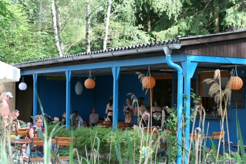 """Besonders wichtig ist Martin Lipah und seinr Partnerin Anne Schöller, dass sich jeder bei ihnen wohlfühlt. Außerdem steht das """"Haus am See"""" auch für Feiern zur Verfügung: Bis zu 60 Personen können hier Platz finden, auch unter dem Dach der großen Veranda."""