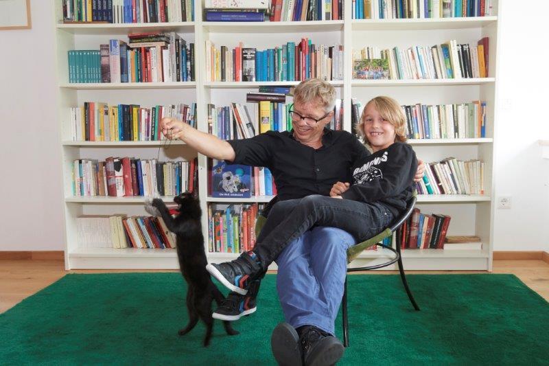 Vater, Sohn und Katze fühlen sich im 70er-Jahre-Haussichtlich wohl - die Mutter natürlich auch.