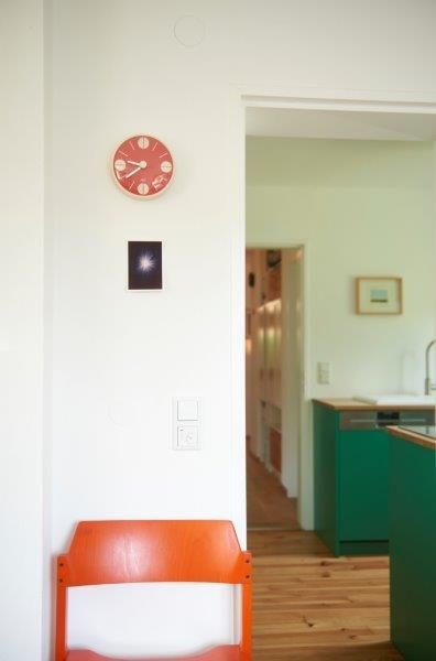 Stilistisch angepasst und von der Schreinerin eingepasst ist die Küche des Hauses.
