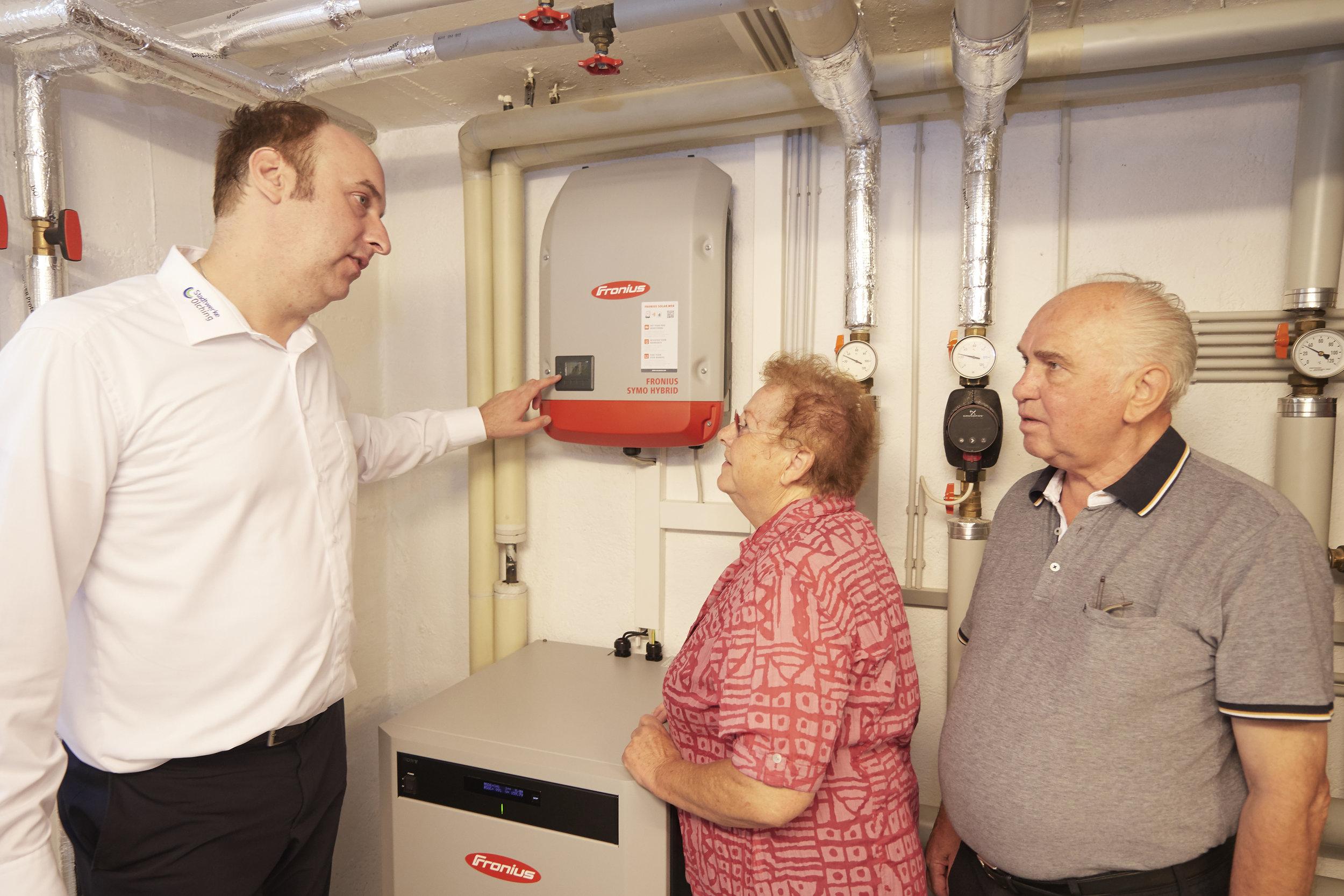 Nicht viel zu erklären gibt es für den Vertriebsleiter der Stadtwerke Olching, Daniel Grewig, bei der Übergabe der Photovoltaikanlage an Rudolf und Christina Lieb. Denn die Anlage erklärt sich selbst durch ihre Leistung.