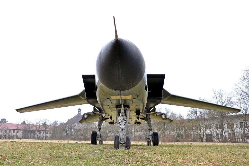 Tower, Hangar, Lande- und Startbahnen: alles da. An seine Nutzung als Flugplatz erinnert neben solchen Bauten auch das ehemalige Kampfflugzeug.