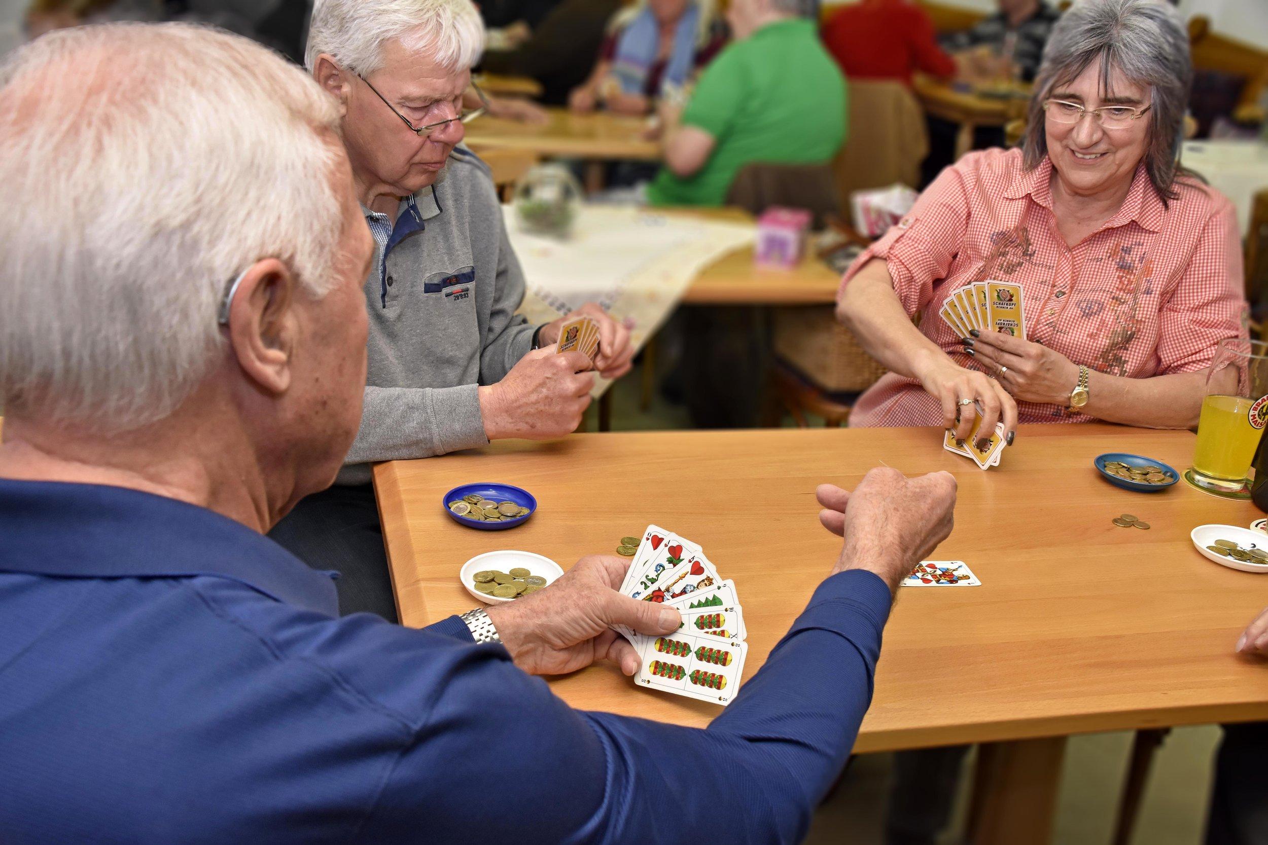 """Auch, wenn' s im Spiel mal lauter wird: Streit gibt es nicht. """"Wir diskutieren"""", sagt Angelka Weißsteiner-Dillmeier. So was wie ein Pokerface gibt es beim Schafkopf übrigens nicht."""