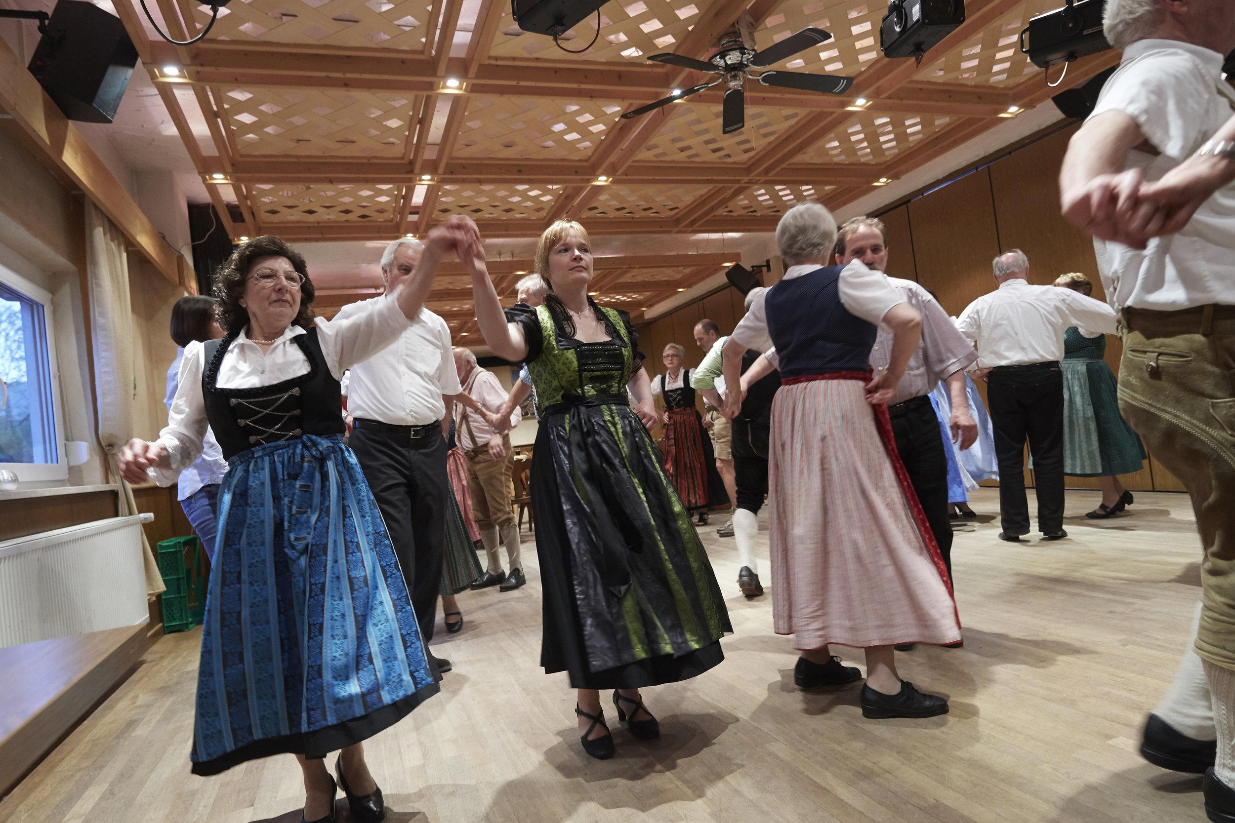 Volkstänze sind uralt und haben sind zum Teil aus dem Mittelalter bis heute überliefert. Der Olchinger Verein möchte mit seinen Kursen und Tanzabenden die Traditionen bewahren.