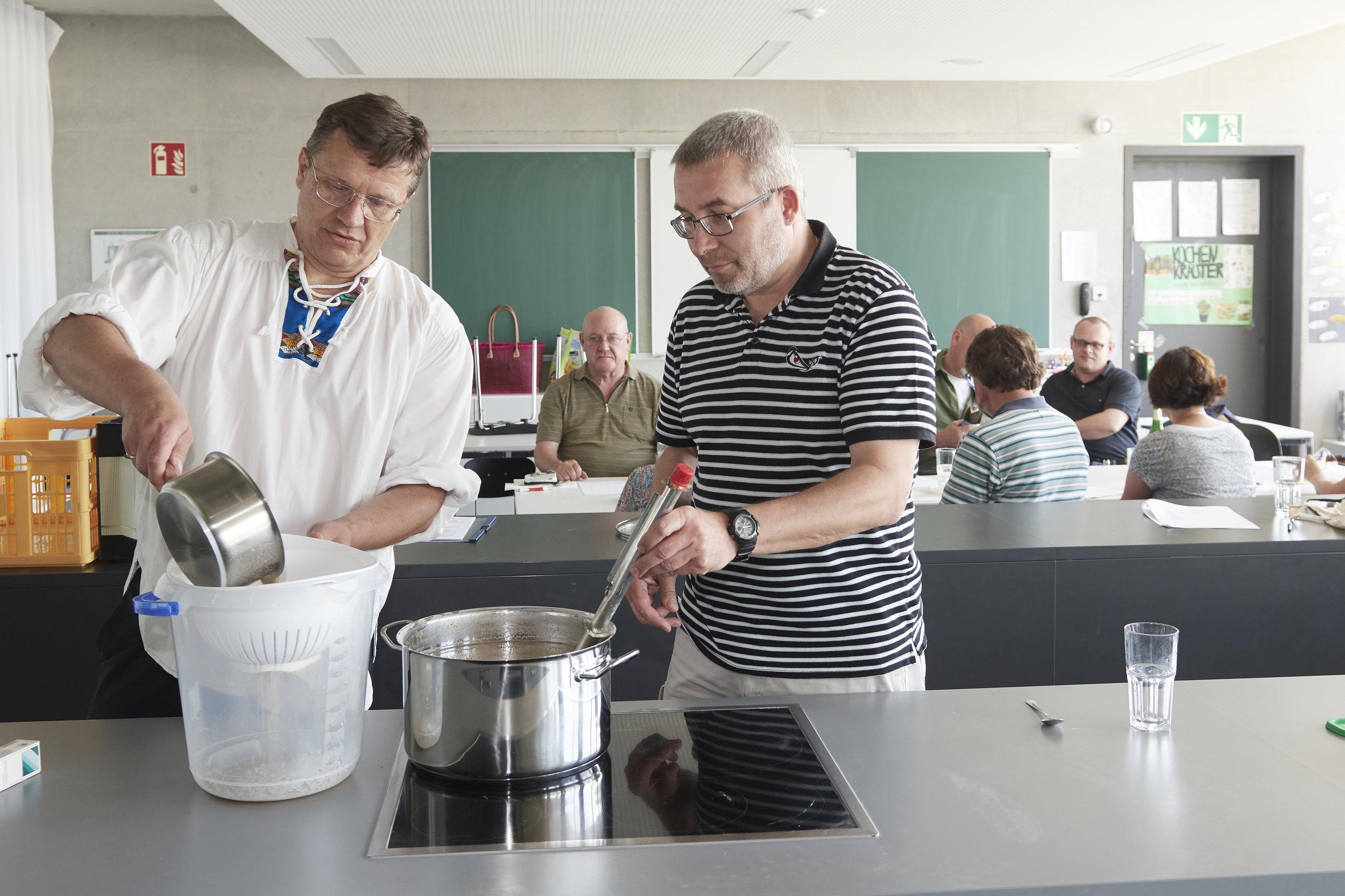 """""""Bierbrauen ist eine Kunst"""", beweist Kursleiter Ernst Mayer (links)."""
