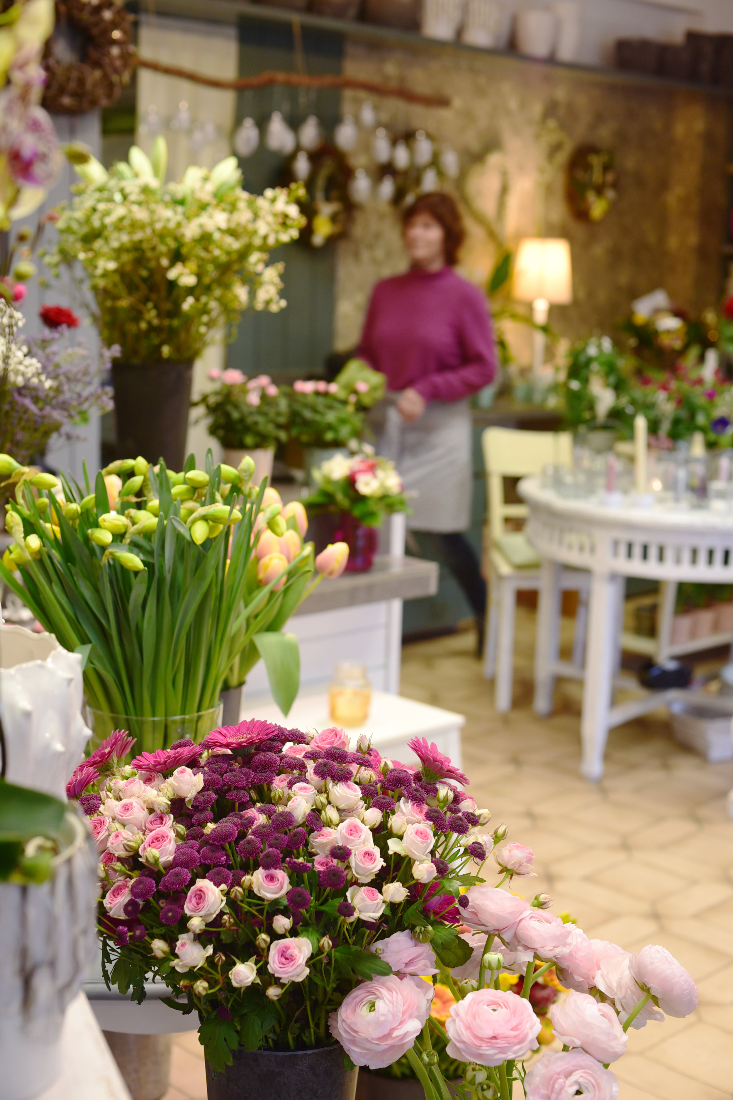 Michaela Furthmann hat ein außergewöhnliches Gespür für Farben und Formen und auch für die kleinsten Details. Und sie weiß nahezu bei allen Kunden, welche Blumen zu ihnen passen. Individuell und sehr schön ist zusdemdie Trauerfloristik.    Die Gestecke binden die Floristin und ihre Mitarbeiterin so, dass sie bis zu einer Woche frisch bleiben. Gespickt mit winzigen Kleinigkeiten schauen sie trotzdem nie überladen aus.