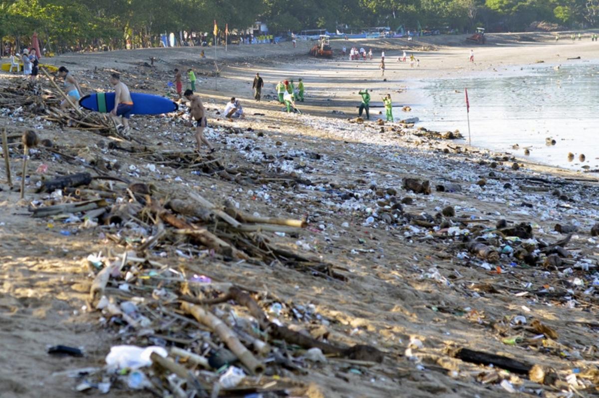 antarafoto-sampah-musiman-pantai-kuta-150216-wra-2-1024x678.jpg