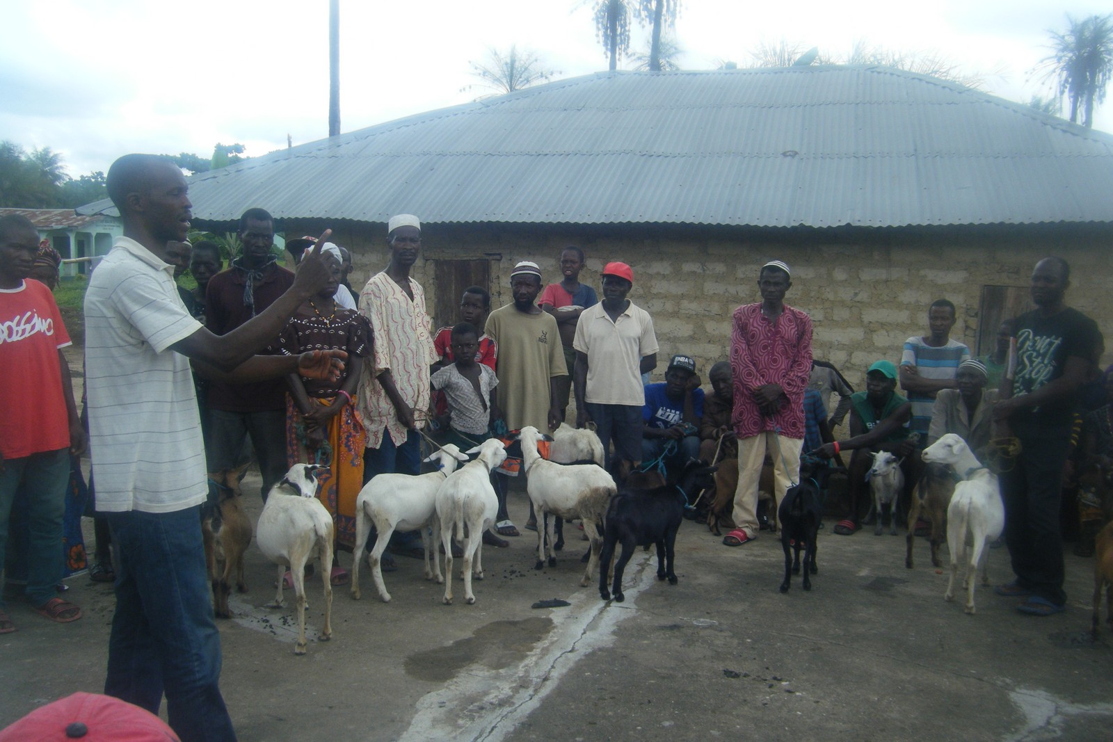 Distribution of Agric Inputs to farmers at Makuthaneh (13).jpg