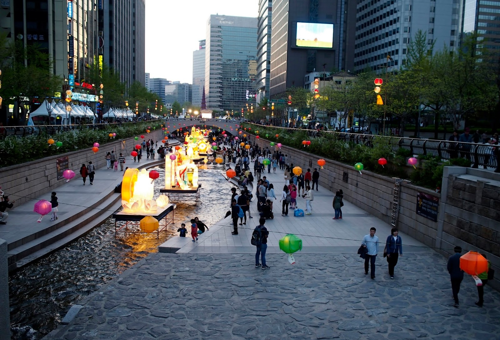 Figure        SEQ Figure \* ARABIC      2        . Cheonggyecheon stream is used as a gathering place.