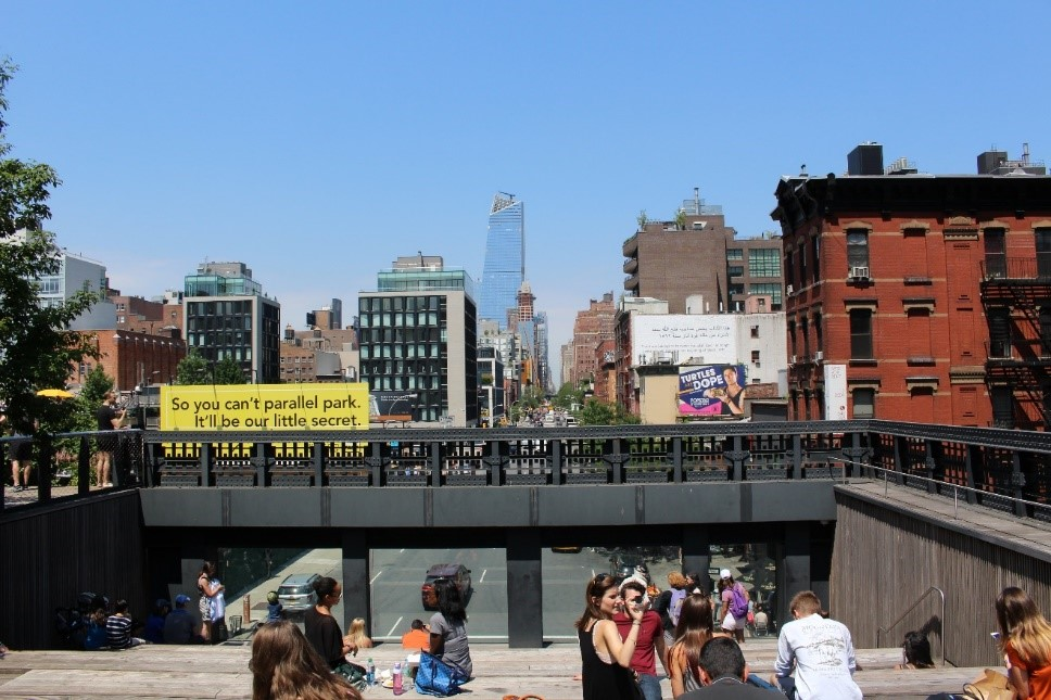 Figure       SEQ Figure \* ARABIC     3      . Urban Theater in The HIgh Line Park, photo by author.