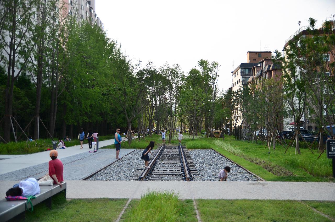 Figure       SEQ Figure \* ARABIC     5      . Gyeongui Line Forest Park looks like the High Line Park in New York, courtesy of Seoul Metropolitan Government