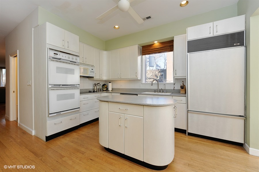 06_1415WestRoscoeSt_2_177_Kitchen_LowRes.jpg