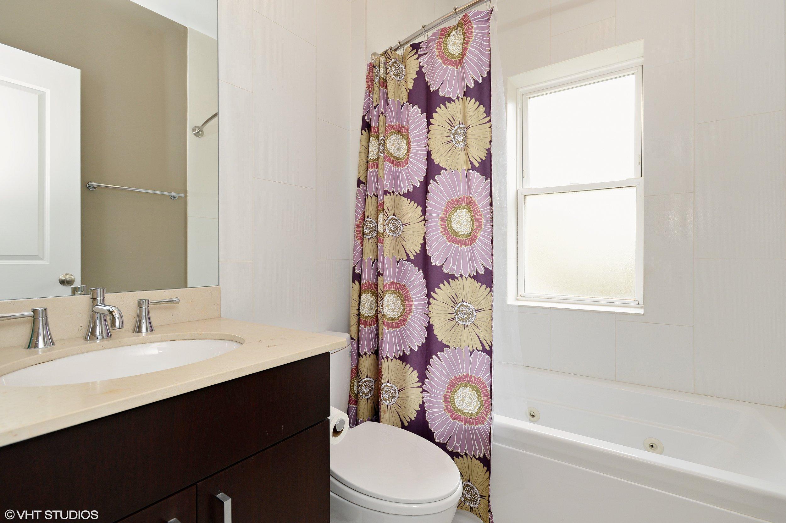 08_4443NorthLeavittSt_2S_8_Bathroom_HiRes.jpg