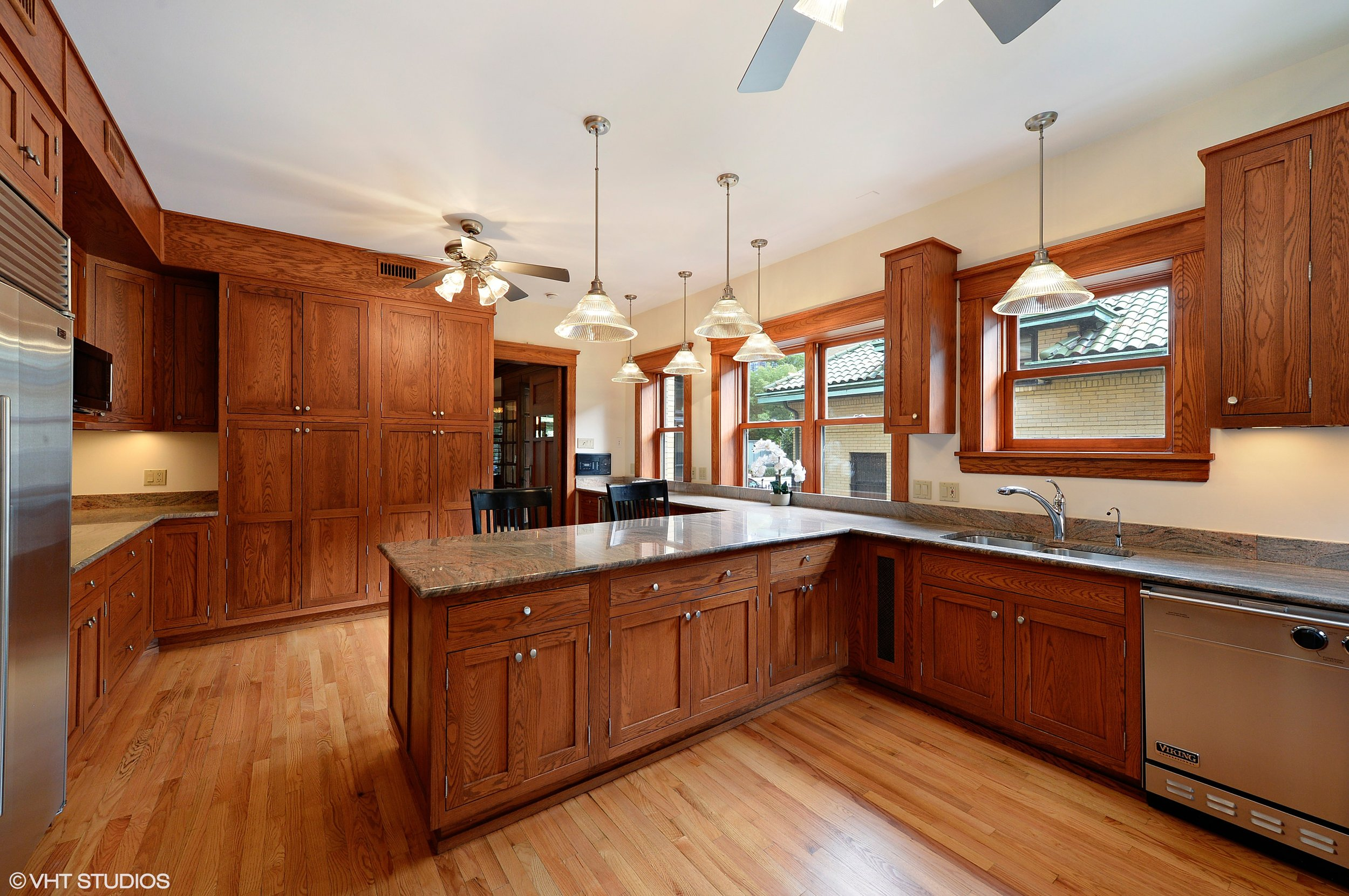 07_805WestJuniorTer_5_Kitchen_HiRes.jpg