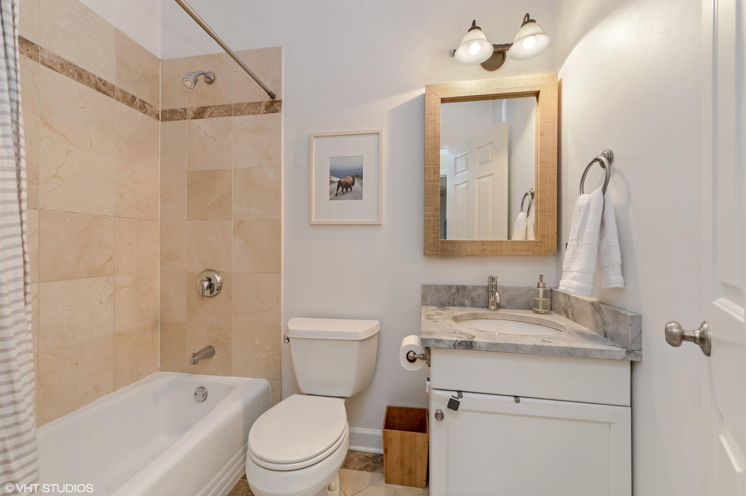 12_3205NorthHoyneAve_1B_8_Bathroom_HiRes.jpg