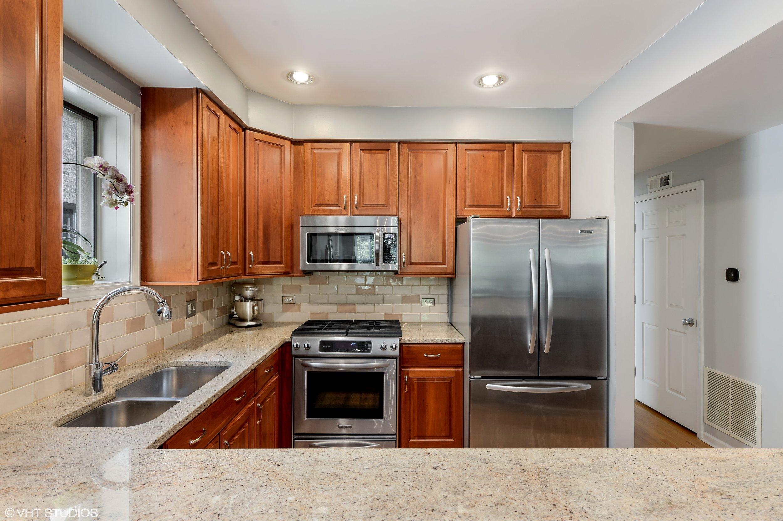 06_1413WCuylerAvenue_Unit2E_177_Kitchen_HiRes.jpg