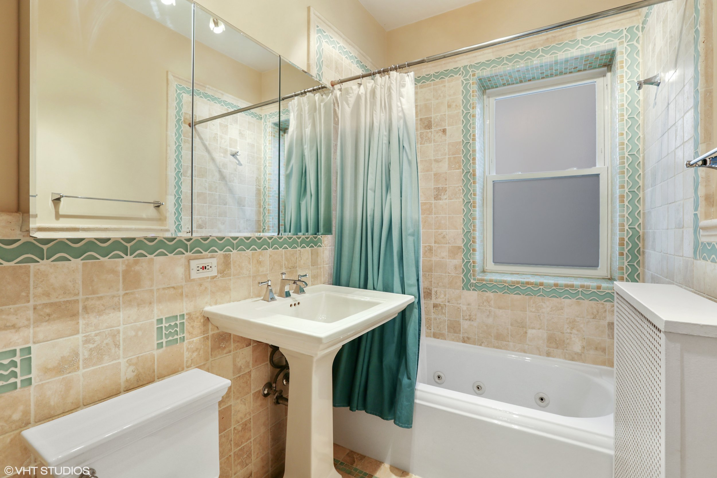 15_2948NorthPineGroveAve_2_8_Bathroom_HiRes.jpg