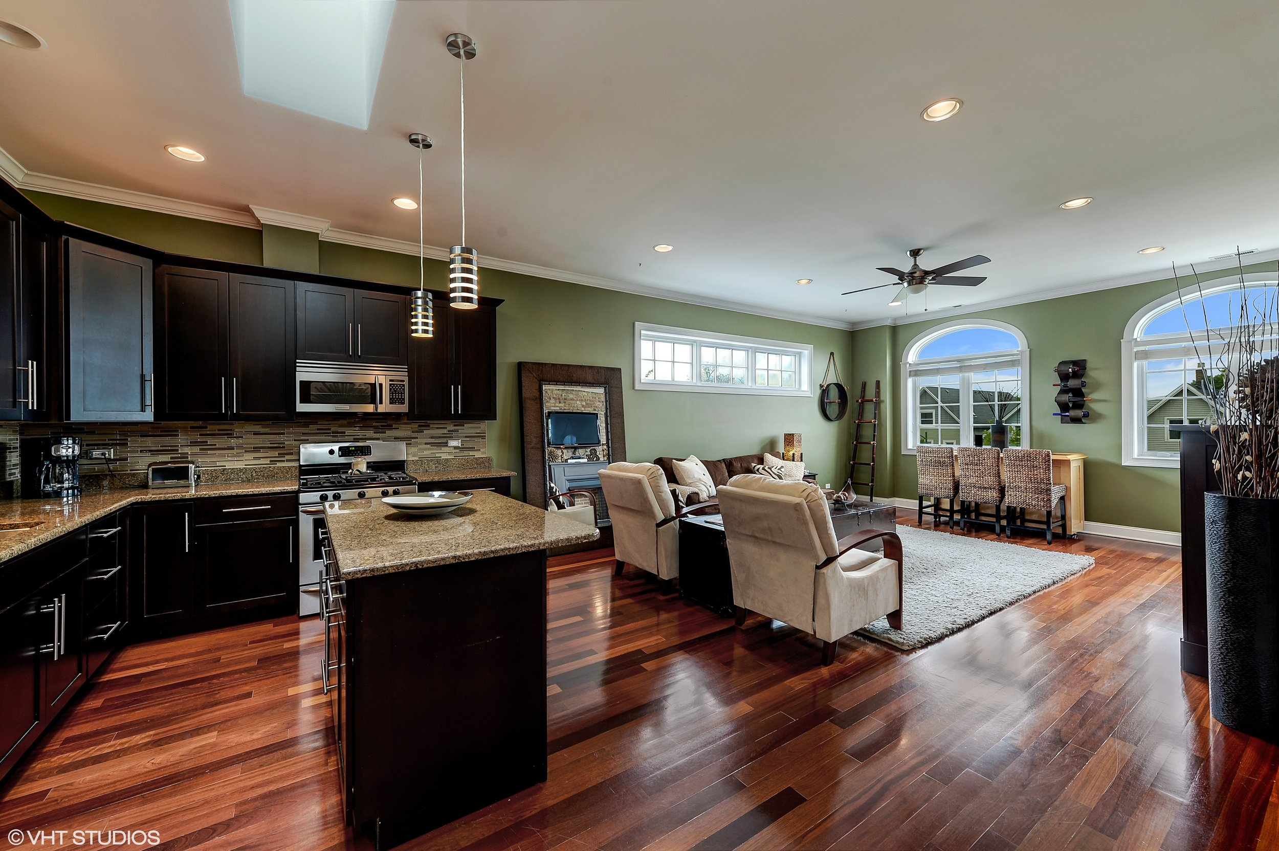 06_2641NorthAshlandAve_3S_91_KitchenLivingRoom_HiRes.jpg