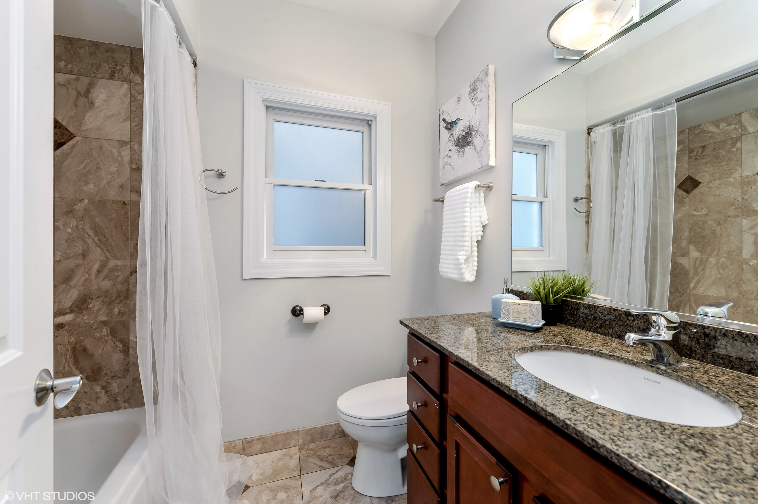 17_942NWoodStreet_Unit1_9_2ndBathroom_HiRes.jpg
