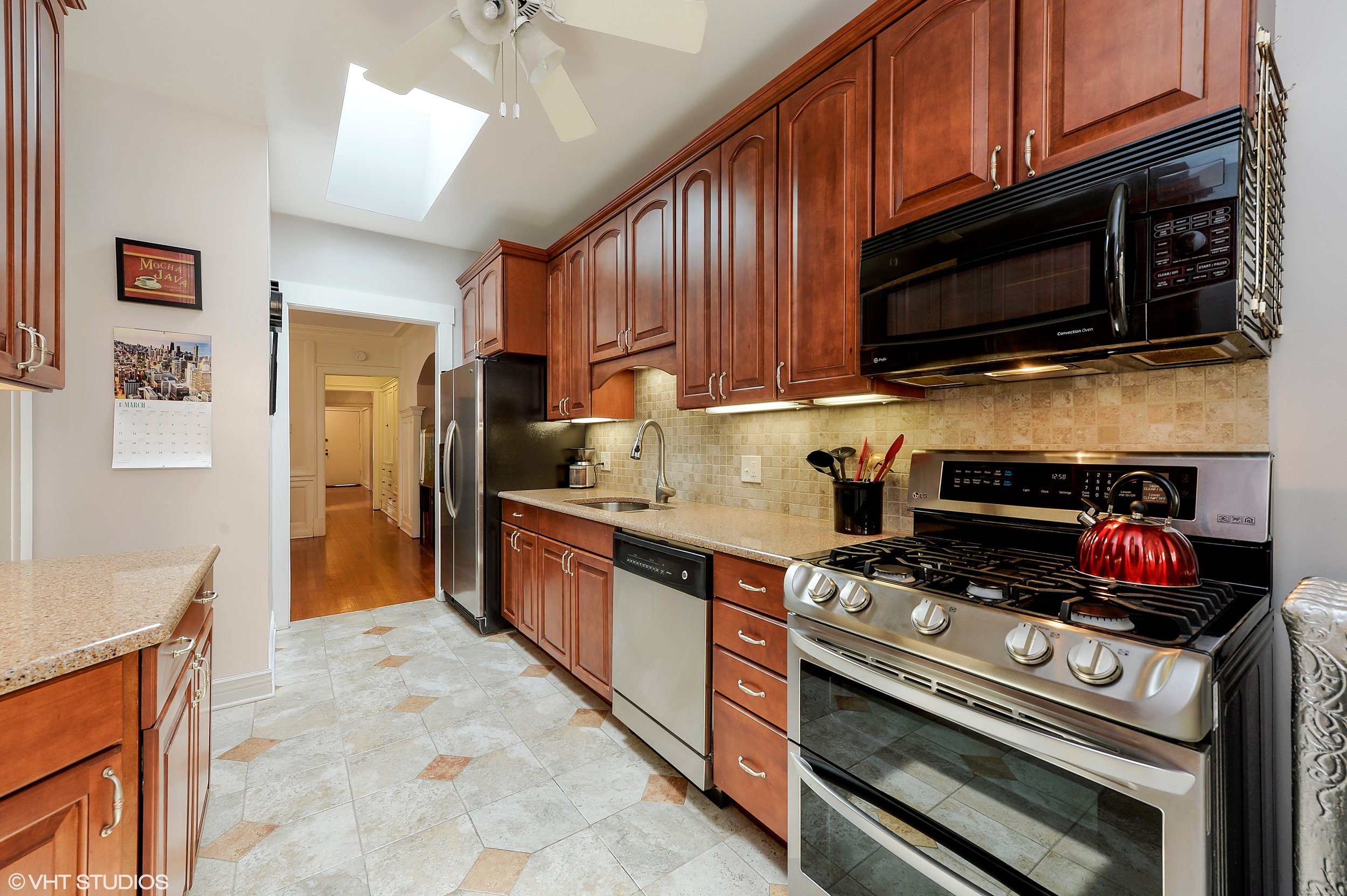 04_922WestWinonaSt_3E_5_Kitchen_HiRes.jpg