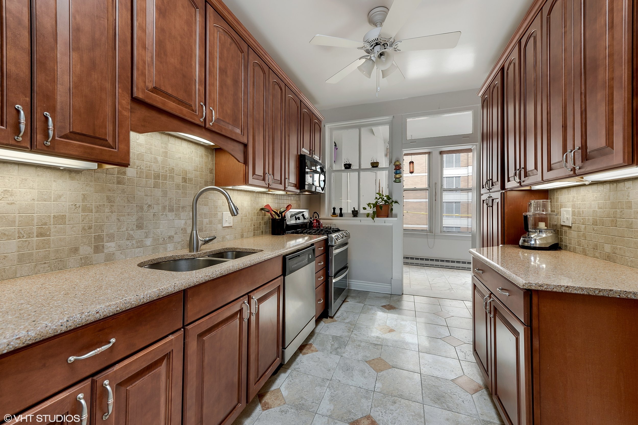 05_922WestWinonaSt_3E_177_Kitchen_HiRes.jpg