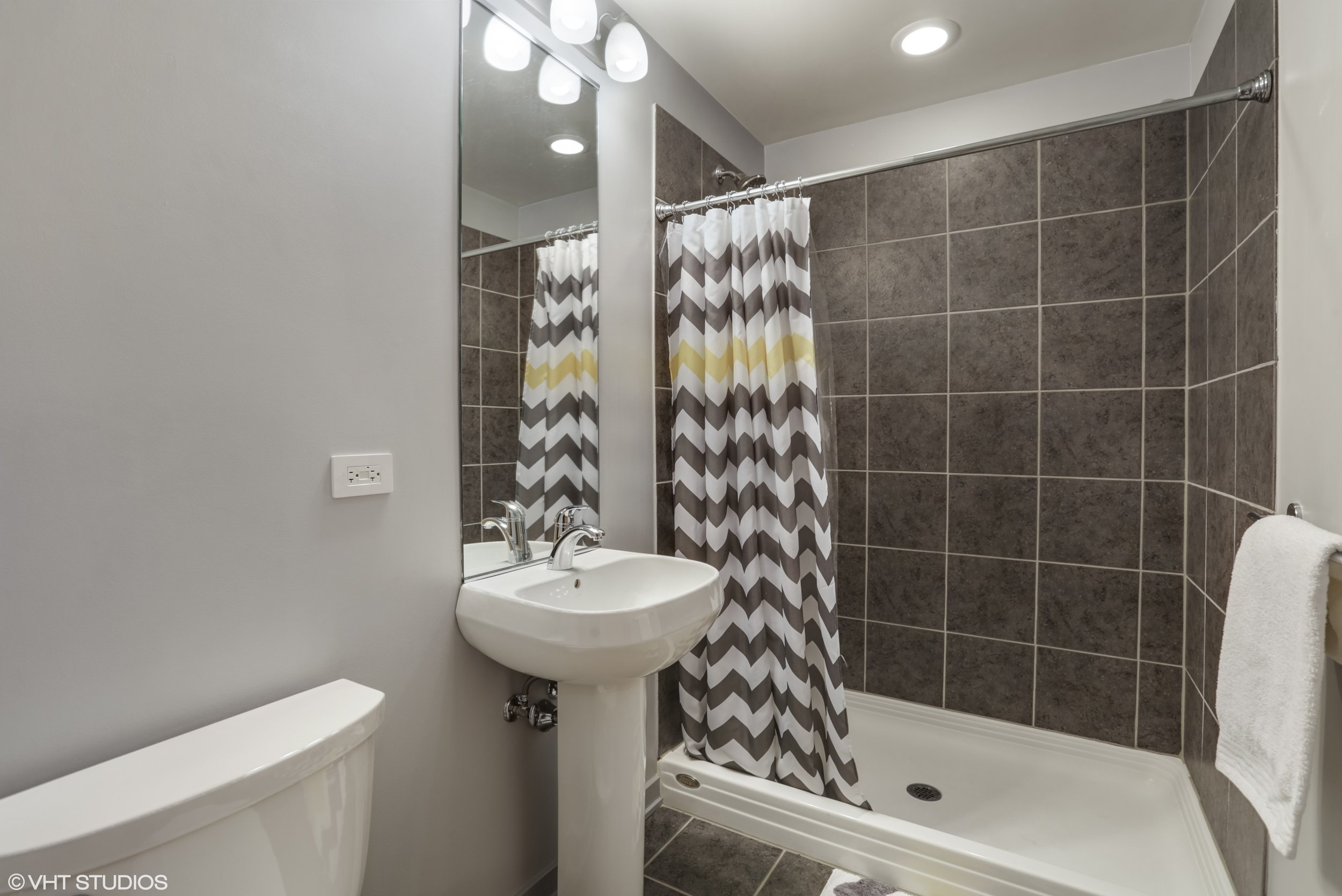 13_5430NorthSheridanRd_308_8_Bathroom_HiRes.jpg
