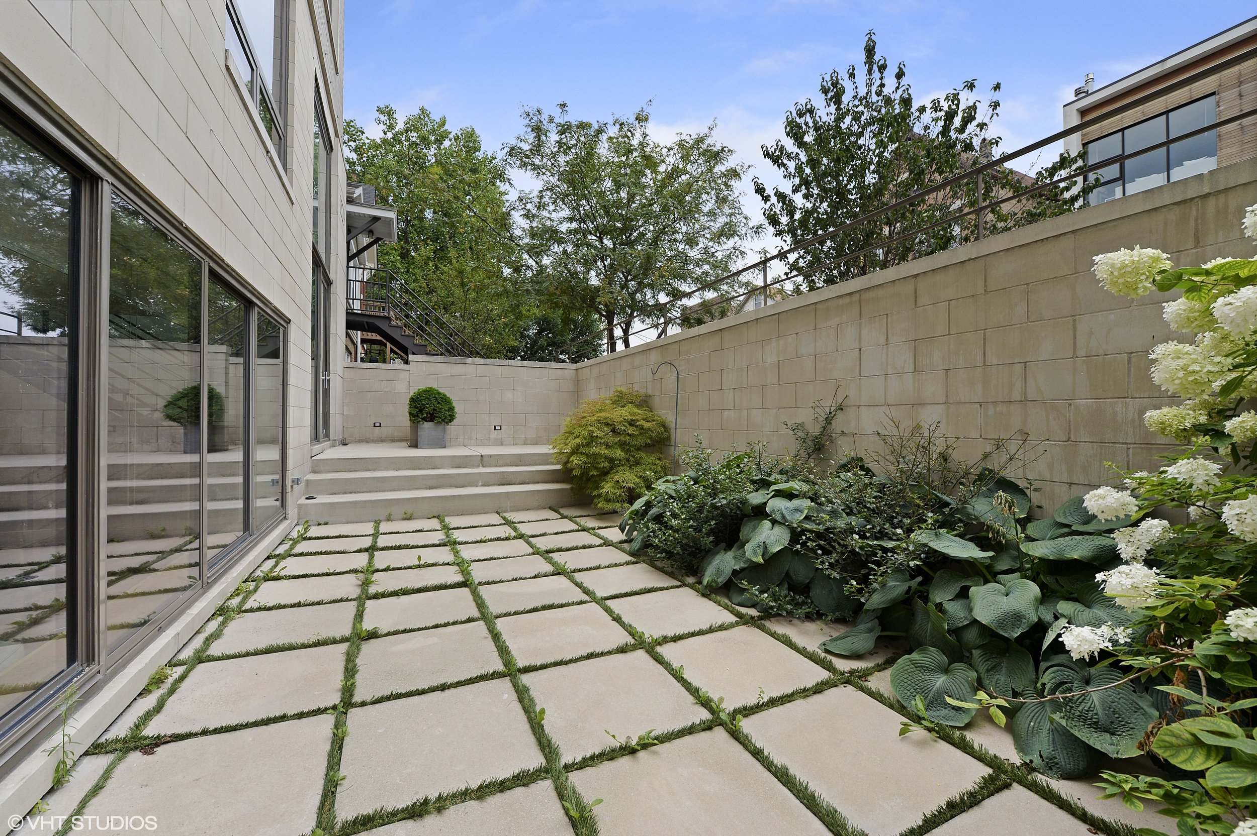 20_1529WestChestnutSt_101_85_Patio_HiRes.jpg