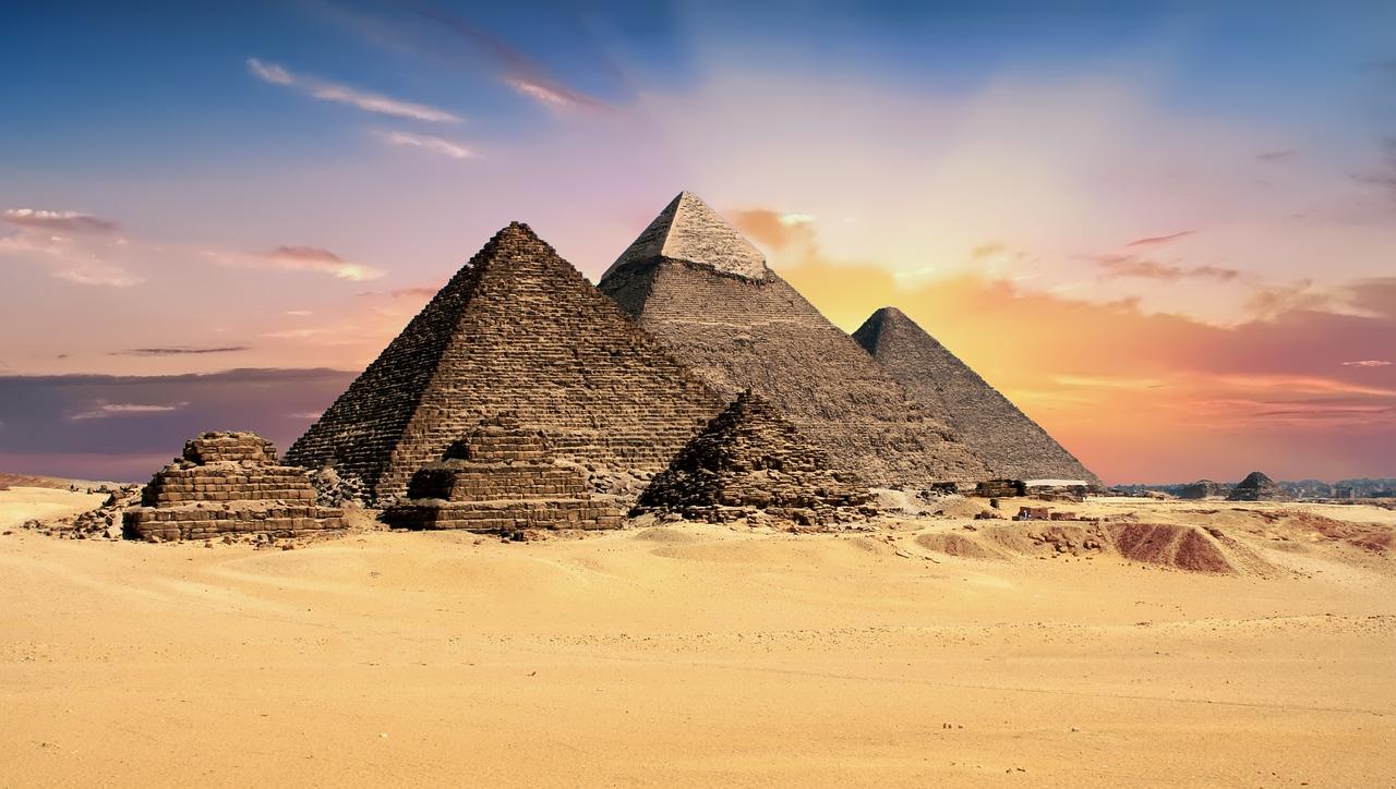 pyramids-2159286_1280.jpg