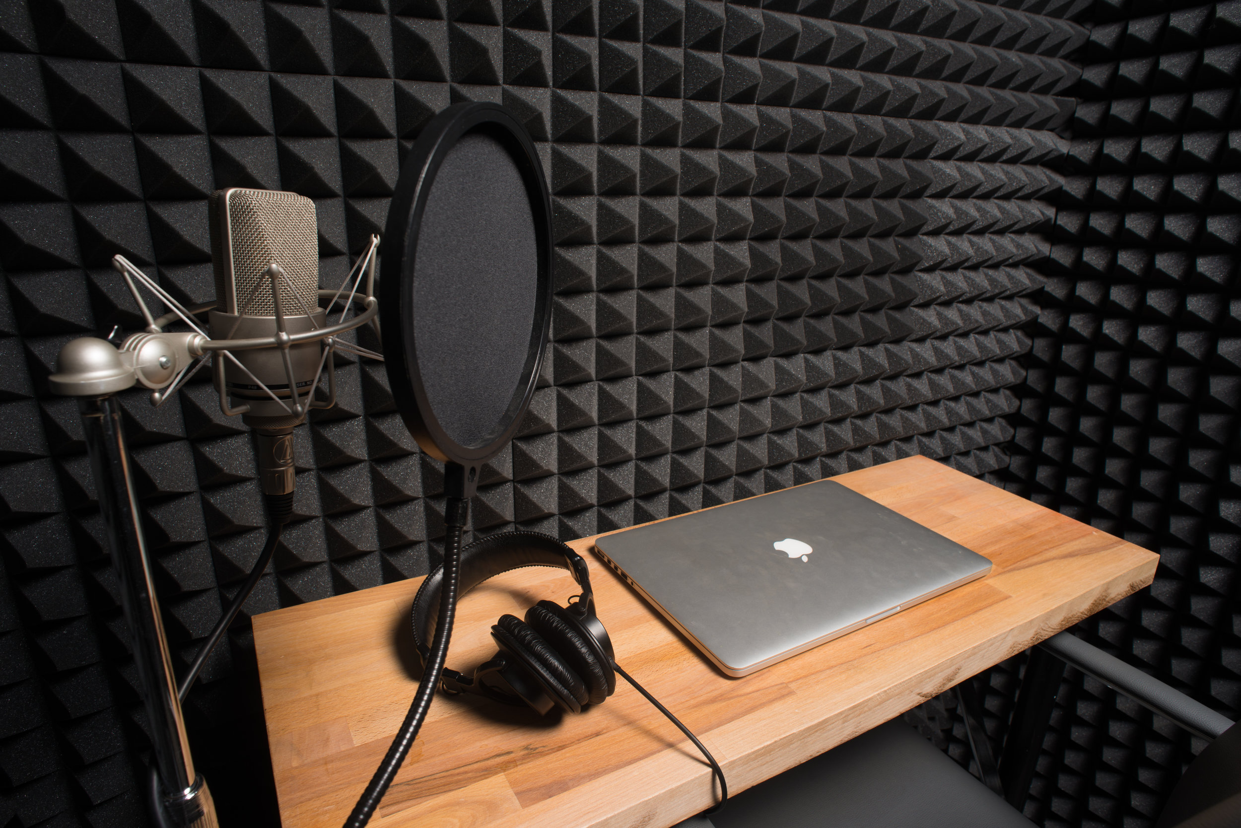 In addition to shared workspace // coworking space, Bond Collective Gowanus has a cheap // affordable sound studio available for rent for members & non-members. Right in the heart of Brooklyn, Minutes from NYC,