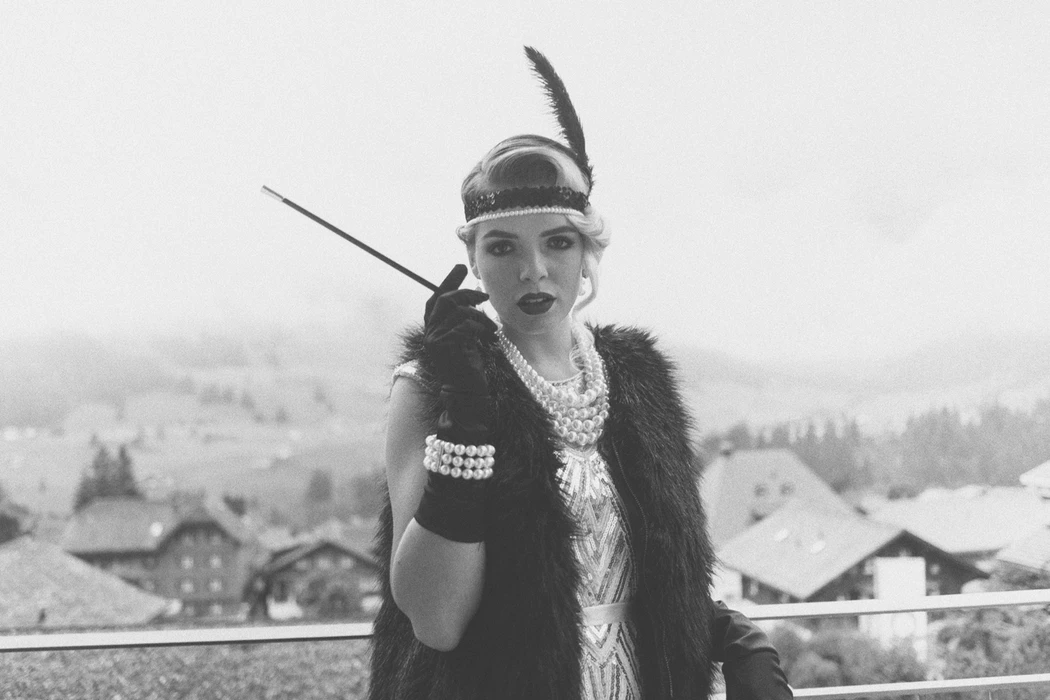 Woman dressed in 1920s flapper outfite