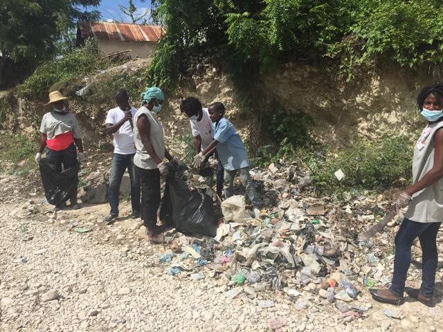 Journée de nettoyage des ordures menée par la communauté en 2016.