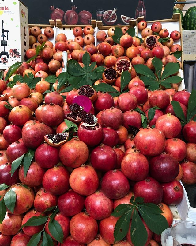 Biggest and juiciest pomegranates in Moscow market