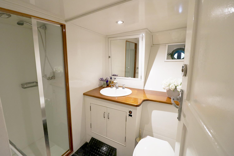 boat-interior-bathroom.jpg
