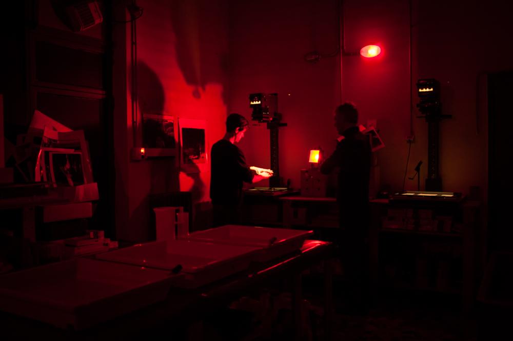 I corsi si rivolgono a coloro che desiderano conoscere ed approfondire la pratica della camera oscura, attraverso l'analisi del processo chimico-fisico di stampa e dell'interpretazione delle immagini