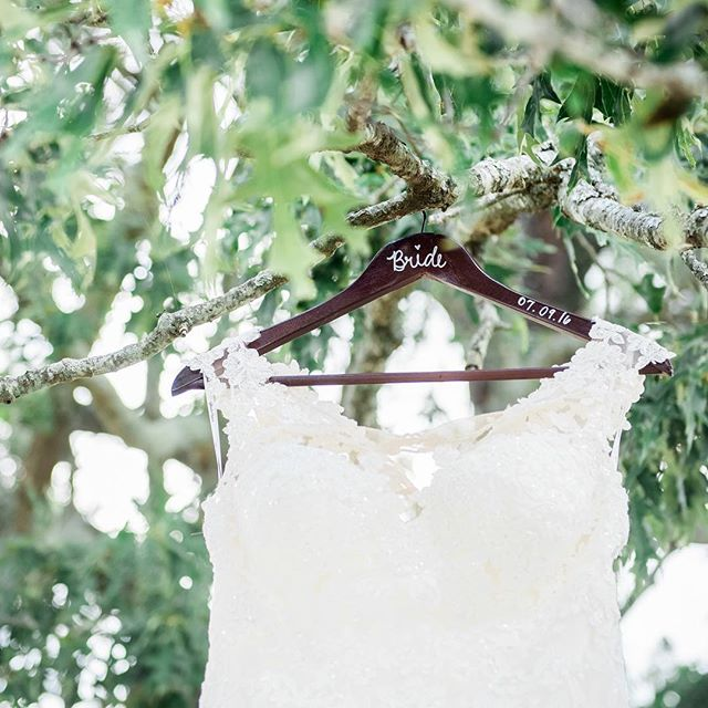 Attention Brides: don't forget the little details like hangers on your wedding day! It helps take it up a notch with the wedding dress shot. 😜and P.S holding the wedding dress to me is one of the scariest things I do the entire wedding day. Thank goodness I have my tall hunk of husband to hang it and hold it for me. 🤷🏼‍♀️ #tellingitlikeitis 😘