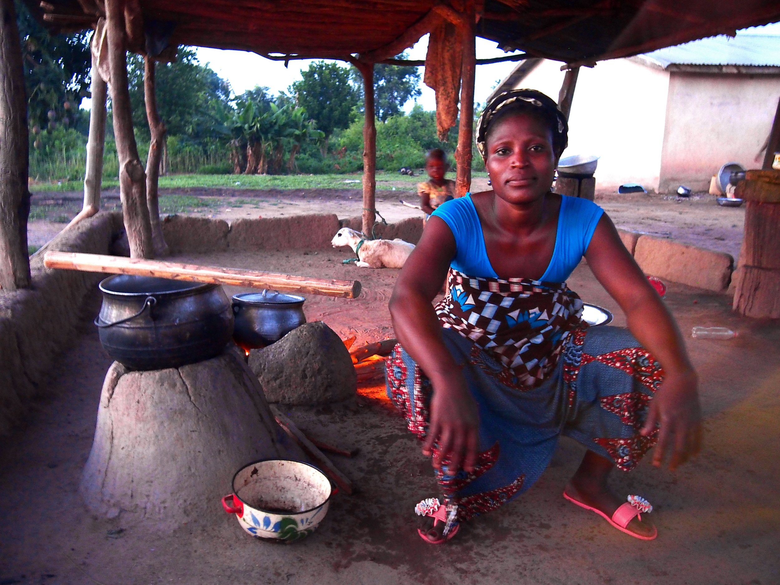 Jeune femme cuisine