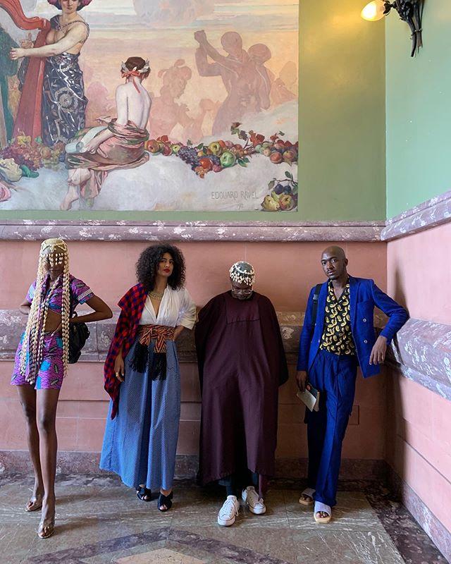 Nous avons posé , le temps d'immortaliser cet instant , en chemin pour discuter obstacles , solutions et perspectives de la scène créative  africaine actuelle autour d'un panel avec les Nations Unies . Merci à Vincent & @afrodyssee de porter plus haut les voix du continent .  Je porte un ensemble bleu @oloohconcept SS19 ( Disponibles actuellement à Genève / @afrodyssee ) & une chemise imprimée @awam_wear du Bénin . A la main «Déjà Vu» du Poète Ivoirien Noël X. Ebony , Ma Bible .  We strike a pose , on our way to discuss problems and perspectives of new african creatives scenes around a panel with UN set by Afrodyssee . I wear amazing pieces from Olooh SS19 & Awam Wear from Benin .  With very talented partners Marc Posso , Virginie Darbon & The Queen of Cowries 💕 .  Love .