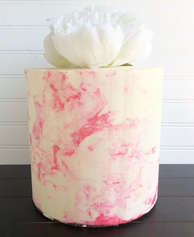 YouTube for the win!! I am not the biggest fan of fondant BUT fondant gives you the ability to make an actual marble look and not a watercolor look that buttercream normally gives. This new technique allows you to make buttercream look like marble and I am OBSESSED! I can't wait to try this again! #pastrypaige