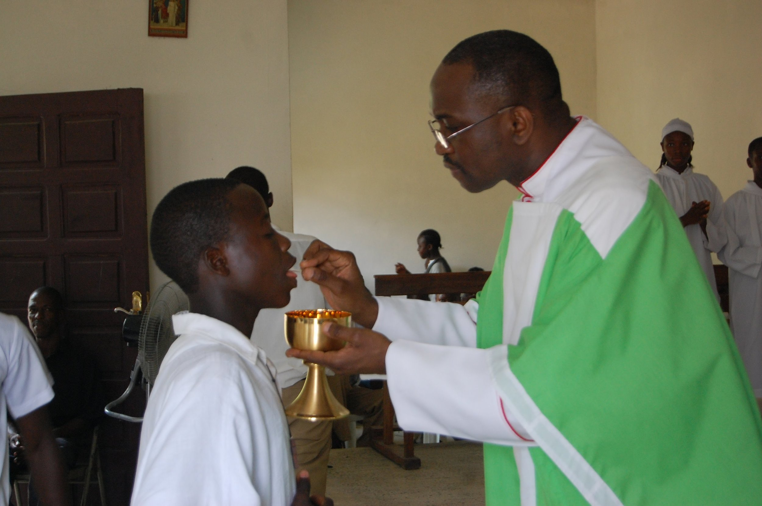 Students celebrating mass in our chapel in 2010.