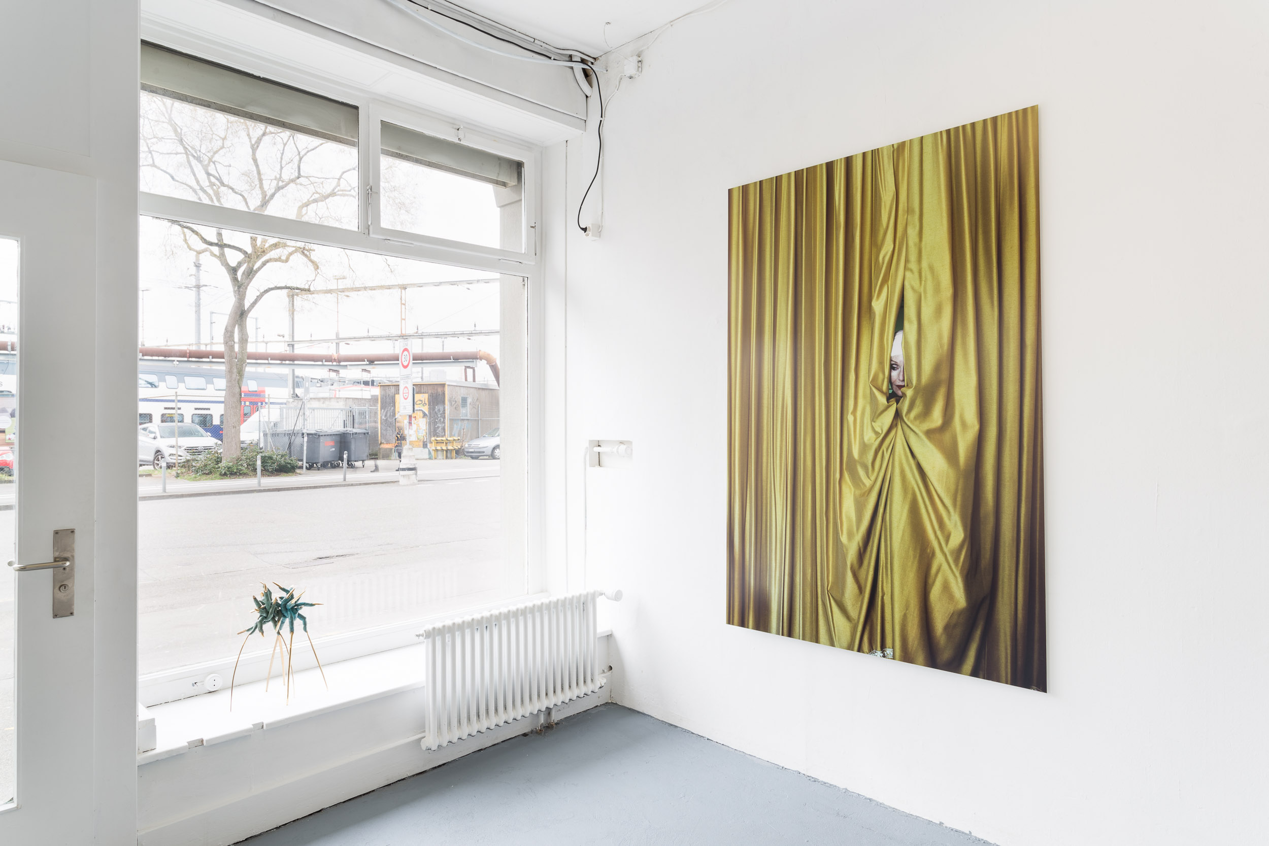 Left: Mélodie Mousset,  Surgeons , 2016, bronze, 30 x 30 x 50cm  Right: Manon, Hotel Dolores, 2008-2011,Photoseries with ca. 150 Photographs, C-Prints on Fuji Crystal Archive Paper mounted on Aluminium, 189 x 126cm  Photo: Kilian Bannwart