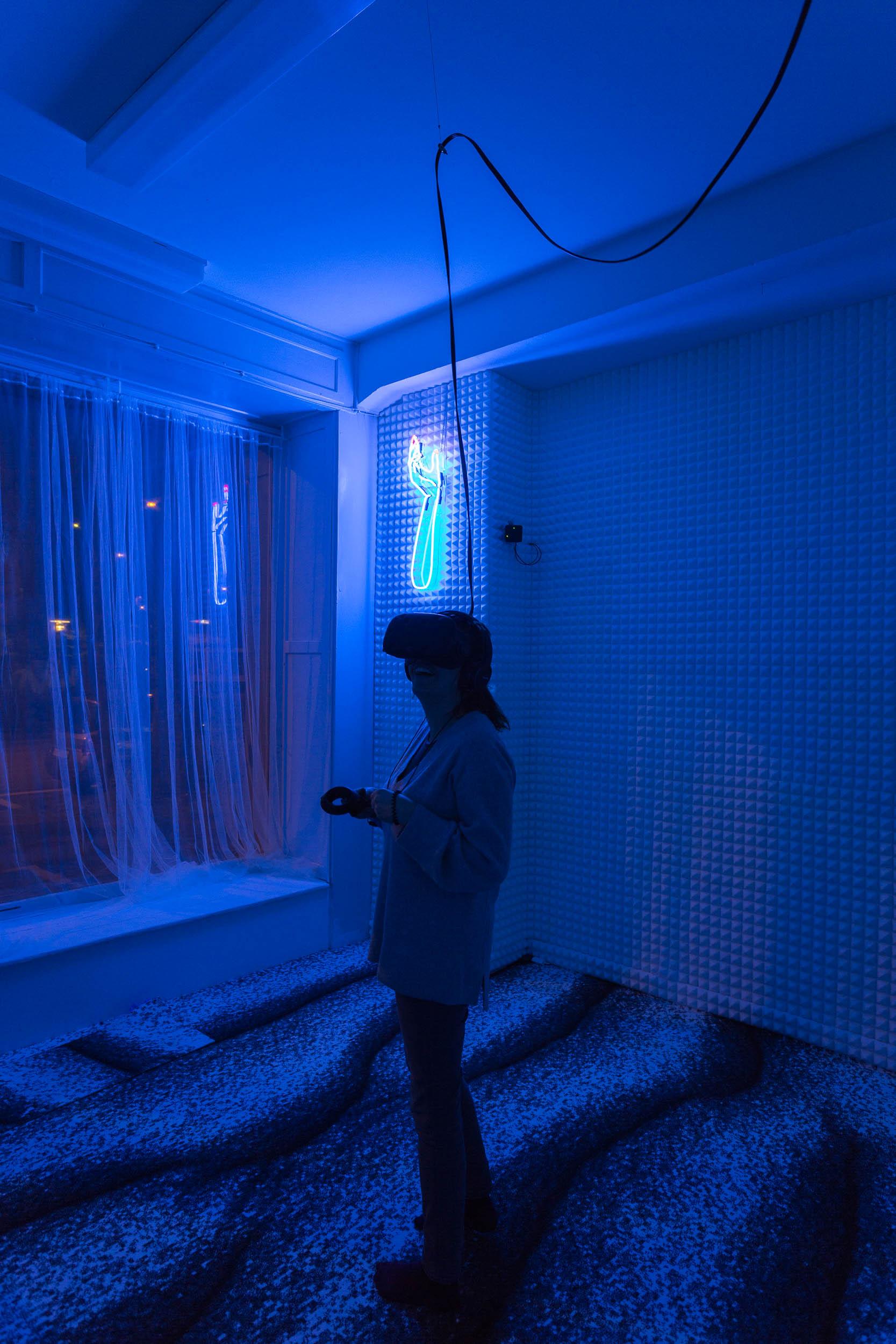 Mélodie Mousset,  HanaHana , 2016-2018, Virtual Reality Experience, Room Installation, Neon, dimension variable  Photo: Kilian Bannwart