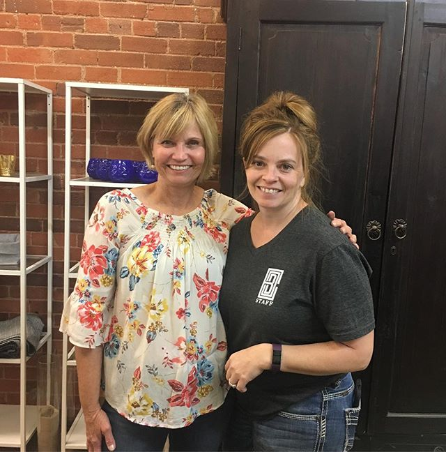 Today and for several more days I get the opportunity to work with Cheri of @southerncharmcolorado.  There is a special bond among florists and I count this as a blessing!  She has this beautiful studio filled with beautiful flowers, things and people.  Thank you Cheri!#chapeldesigners