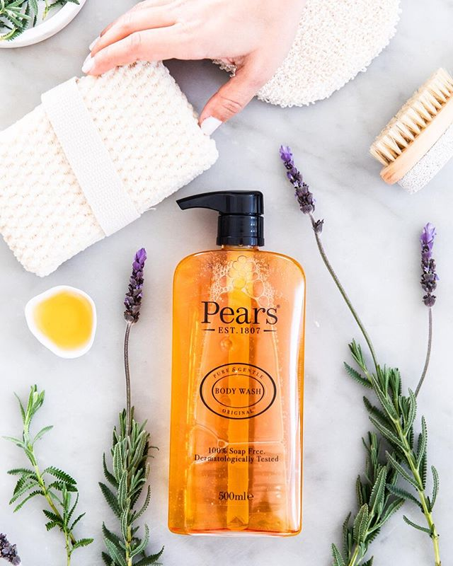 Oh how much I love it when a photoshoot involves flowers and herbs 😌🌷🌿 Product shot for @pears_anz  Styled by @thestylemaison . . . . #productshot #productphotography #studiophotography #photographer #soapphoto #bodywash #pearsaustralia #flatlay #lavender #puresoap #marble #bodycare #natural #essentialoils #skinbrush #handson #handmodel