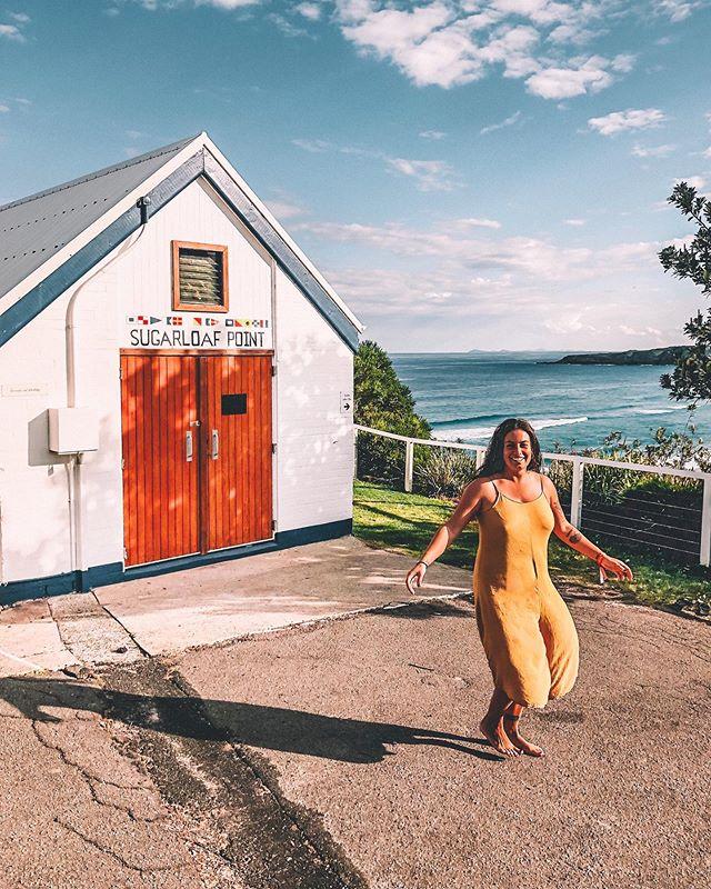 Una casetta sul mare, un vestito giallo, il sole e la felicità.   Oggi sticazzi, domani si vedrà.   🏠🌊☀️❤️🔜🤷🏻♀️  Ho il cervello momentaneamente fuori uso, ma domani penso che la vita sarà tutta più chiara.           #sealrocks #sealrockslighthouse #housebythesea #lighthouse #yellowdress #sealrocksadvebturefestival #intothewild #meditationretreat #happinessafteryoga #happygirl #awildmind #viaggiatrice #exploreaustralia #siviaggiare #mangiaviviviaggia #globetrotter #wearetravelgirls #travelgirlshub #womenwhotravel #sheisnotlost #instatravel #travelette #damestravel #dametraveler #travelbug #traveladdict #travellife