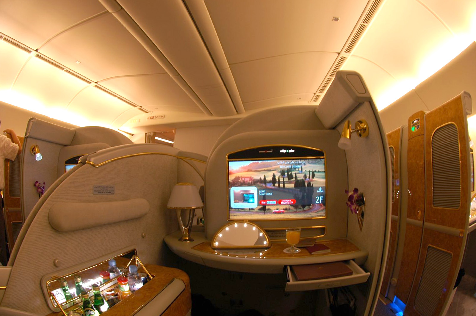 First class do A380 da Emirates: profusão de dourado e gosto duvidoso (eu avisei)