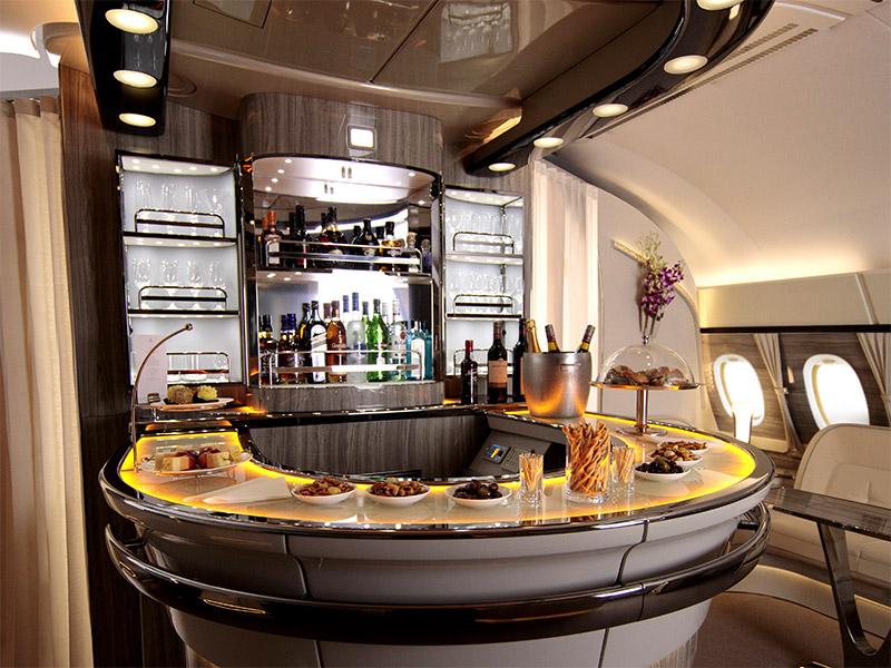 A first class e a executiva possuem bares exclusivos para os passageiros