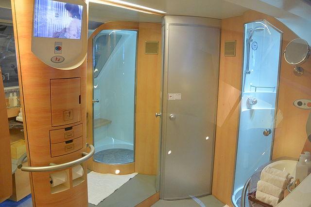 A first class tem chuveiros, mas apenas 5 minutos de água por passageiro